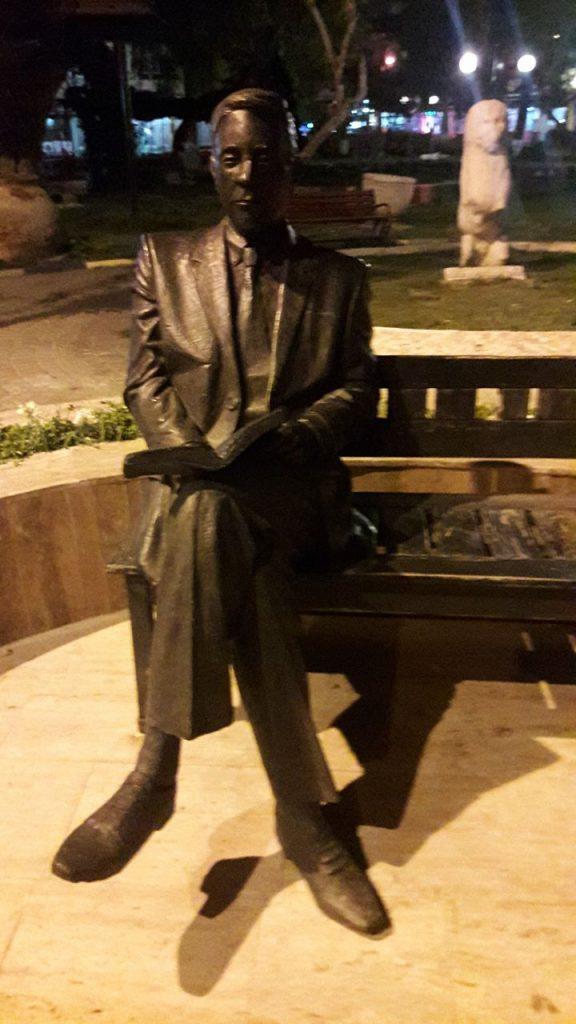 oturan adam heykeli kusadasii