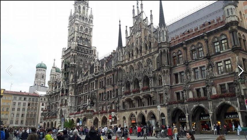 crowds marienplatz rathaus